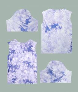 Utklippet stoff som kan sys sammen til en t-skjorte basert på mønster-oppskrift.