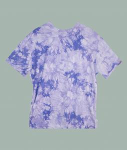 ferdig sydd t-skjorte i tie dye stoff.